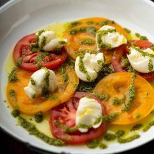 Салат із різнокольорових томатів із сичужним сиром